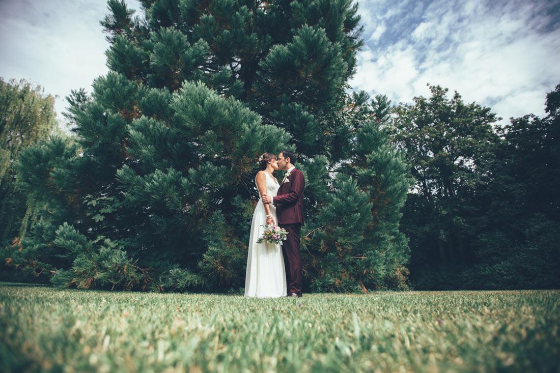Paar küsst sich vor Baum