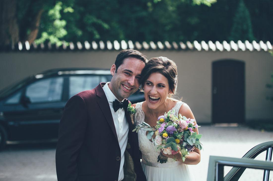 Lachendes Brautpaar vor der Hochzeit