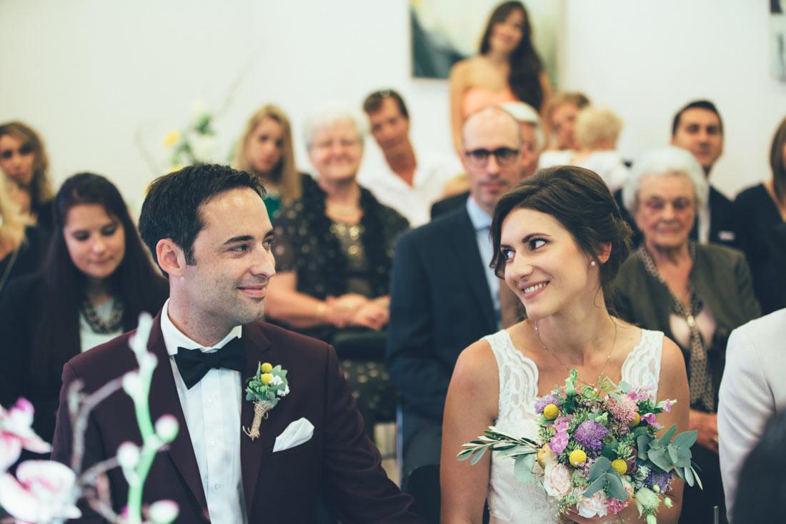 Brautpaar sieht sich in die Augen