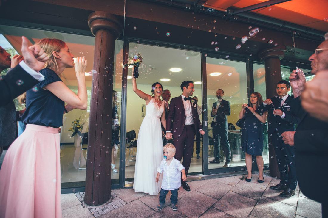 Frisches Brautpaar und Seifenblasen
