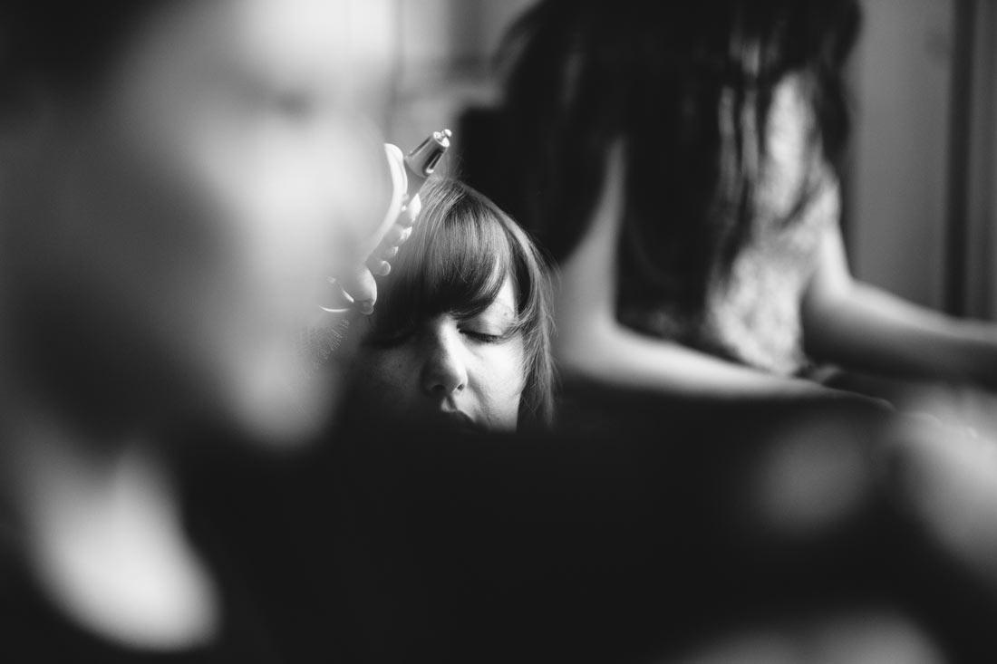 Braut beim Friseur schwarz-weiss