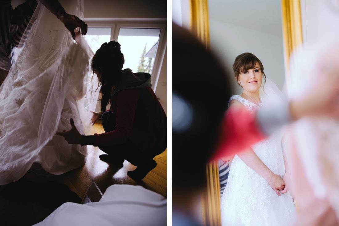 Braut begutachtet ihr Kleid im Spiegel