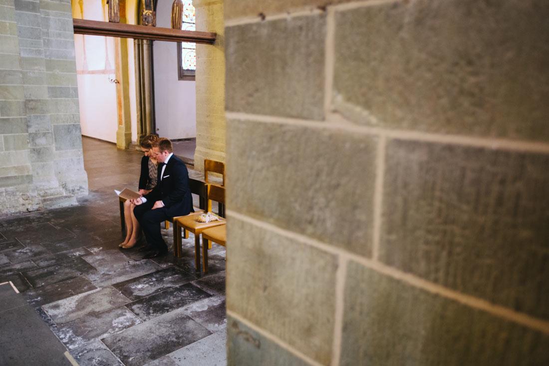 Trauzeugen sitzen in der Kirche