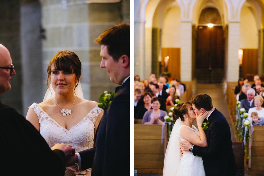 Hochzeitskuss in der Kirche