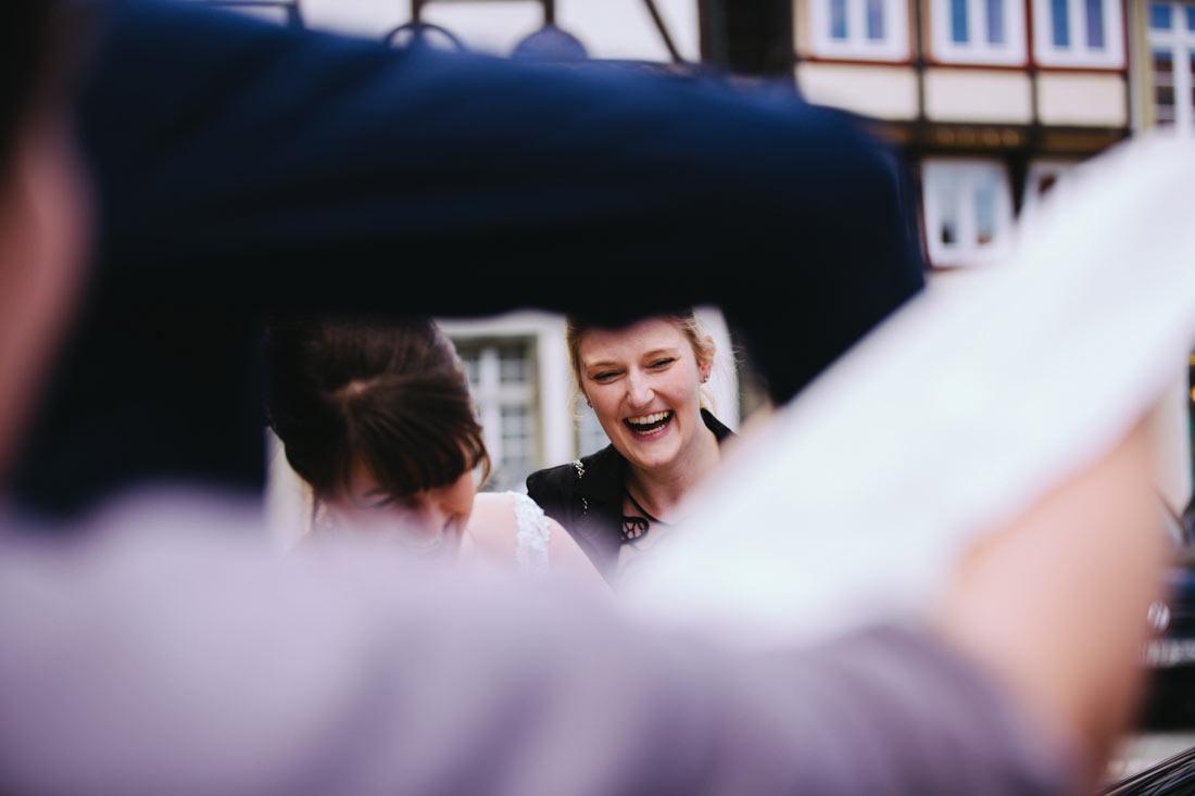 Lachender Gast vor der Kirche