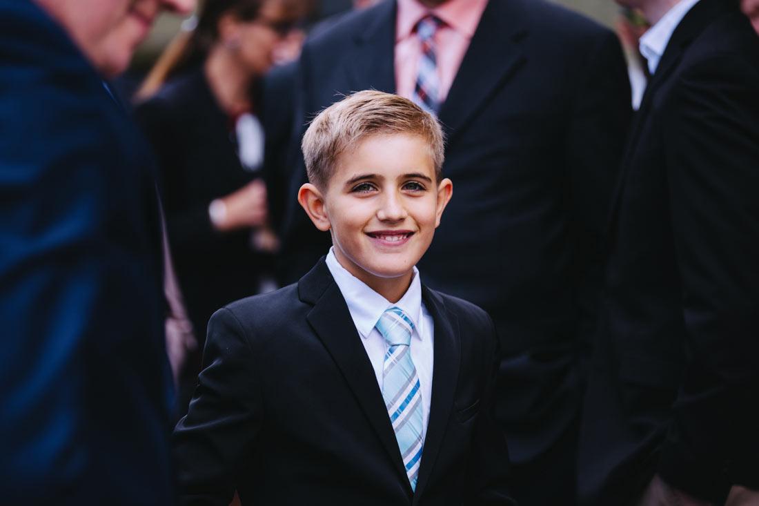 Junge im Anzug