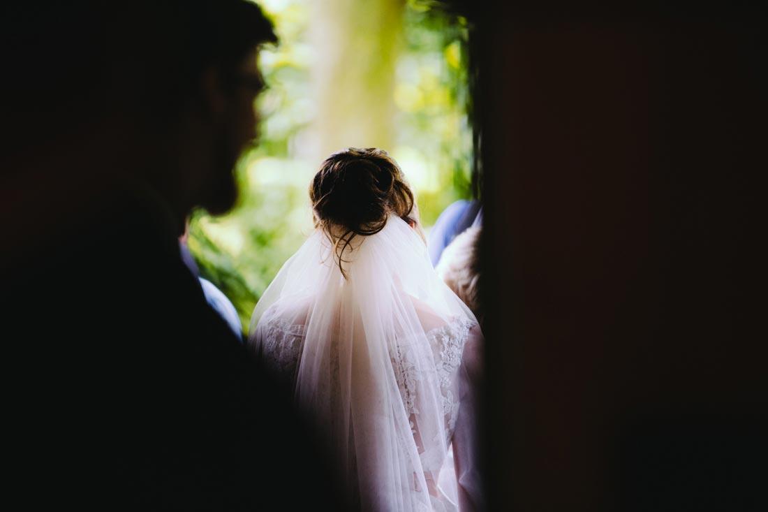 Braut auf dem Weg zur Torte