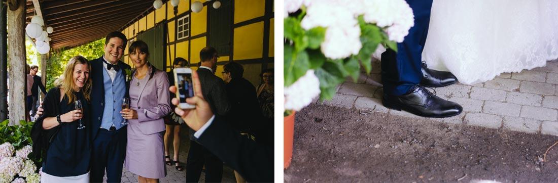 Gäste fotografieren den Bräutigam
