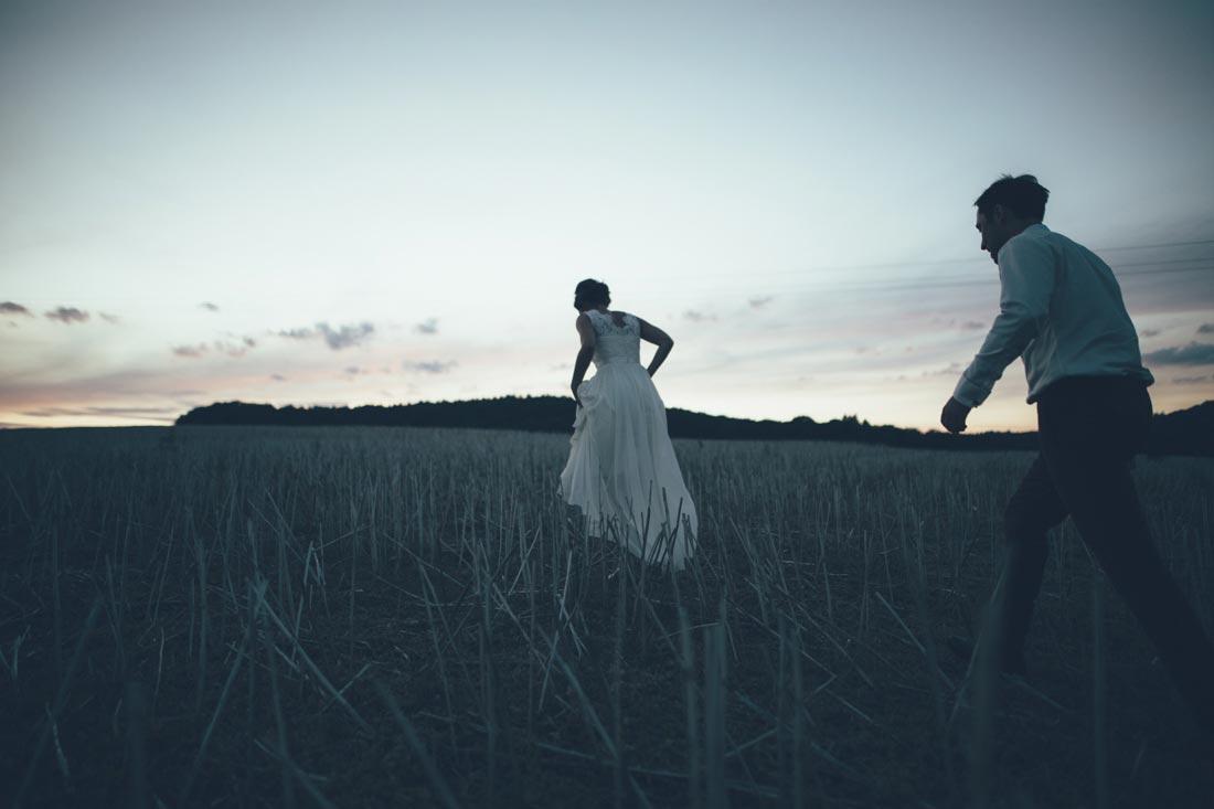 Hochzeitspaar läuft aufs Feld
