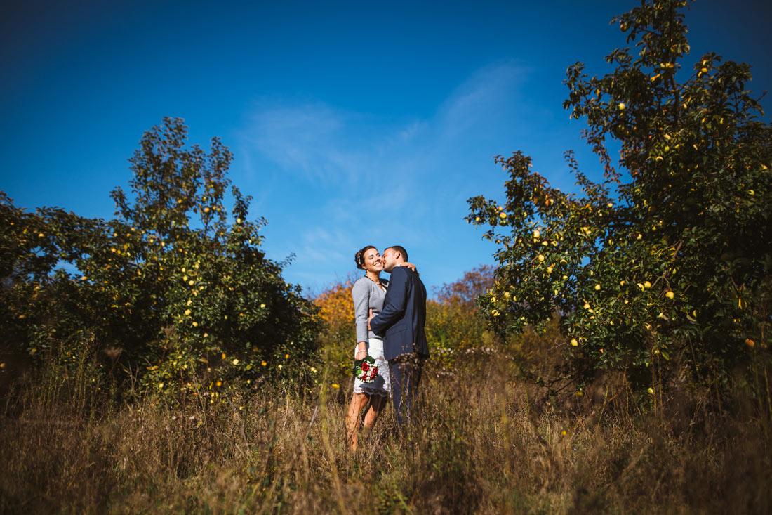 Kuss auf herbstlicher Wiese