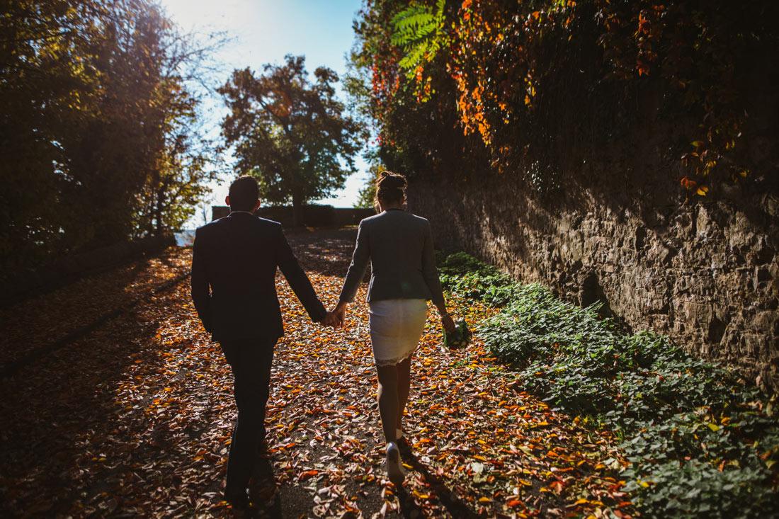 Paar läuft auf das Schloss zu