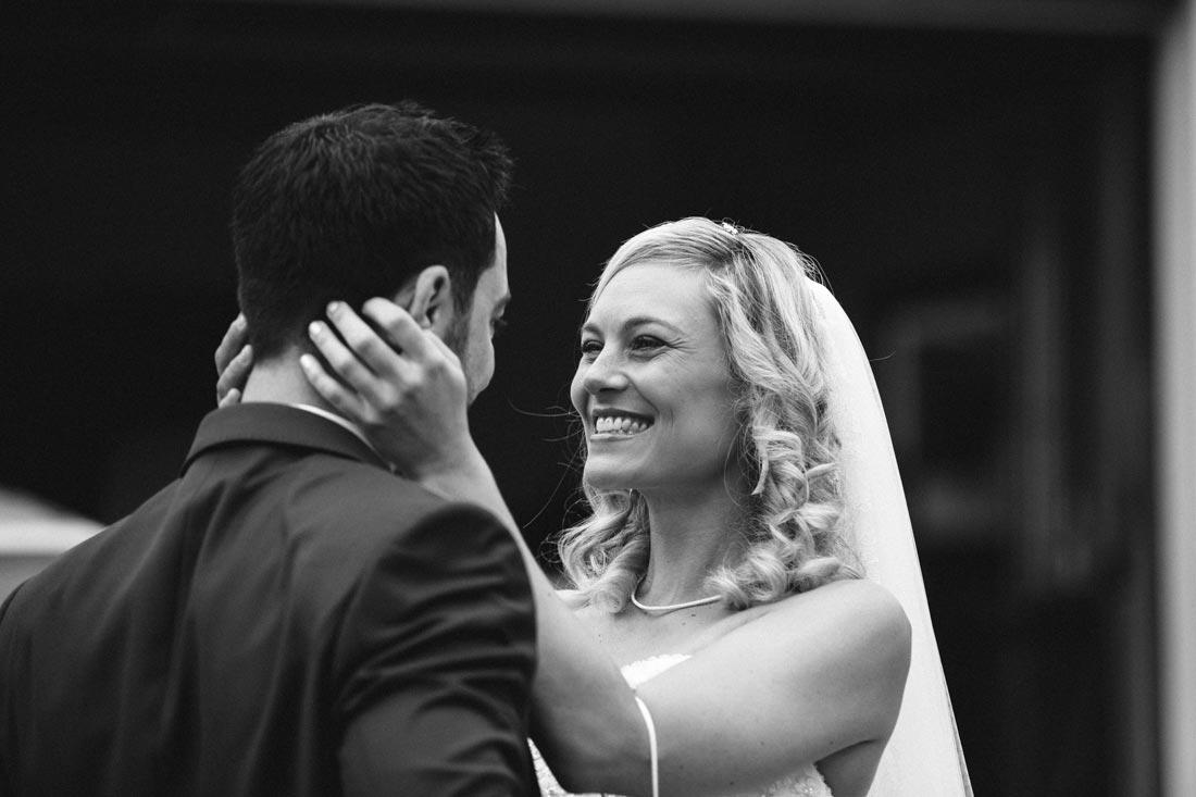 Braut strahlt ihren Mann an