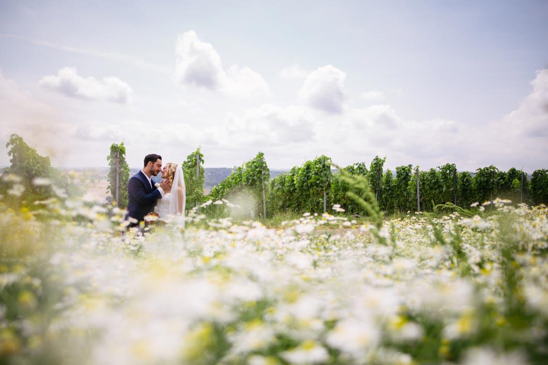 Paar mitten in Blumenwiese