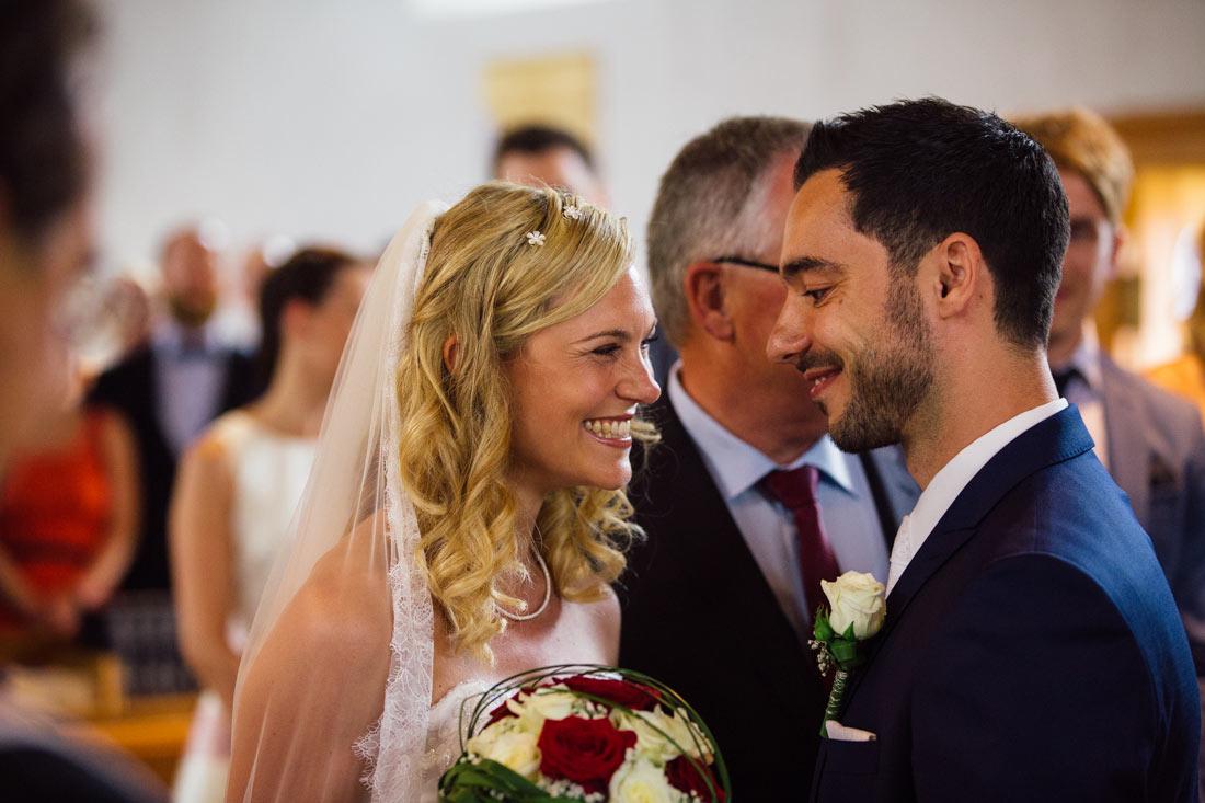 Das Paar sieht sich vor dem Altar
