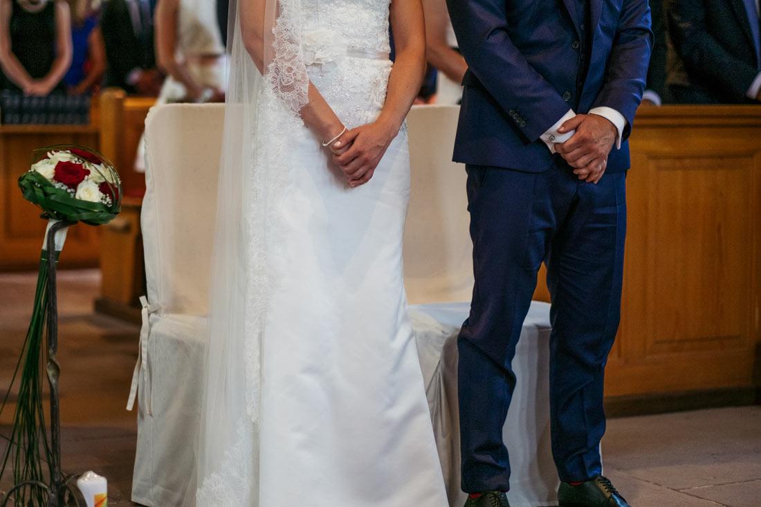 Das Paar steht vor dem Altar