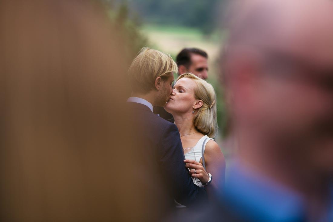 Paar unter den Gästen küsst sich