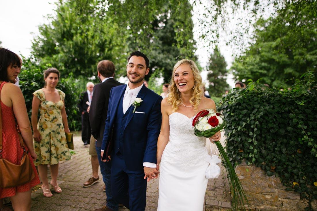 Brautpaar verlässt den Sektempfang