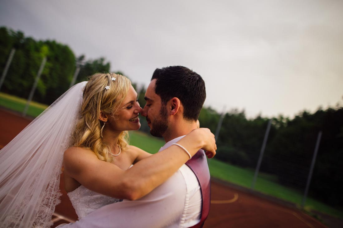 Paar küsst sich auf dem Sportplatz
