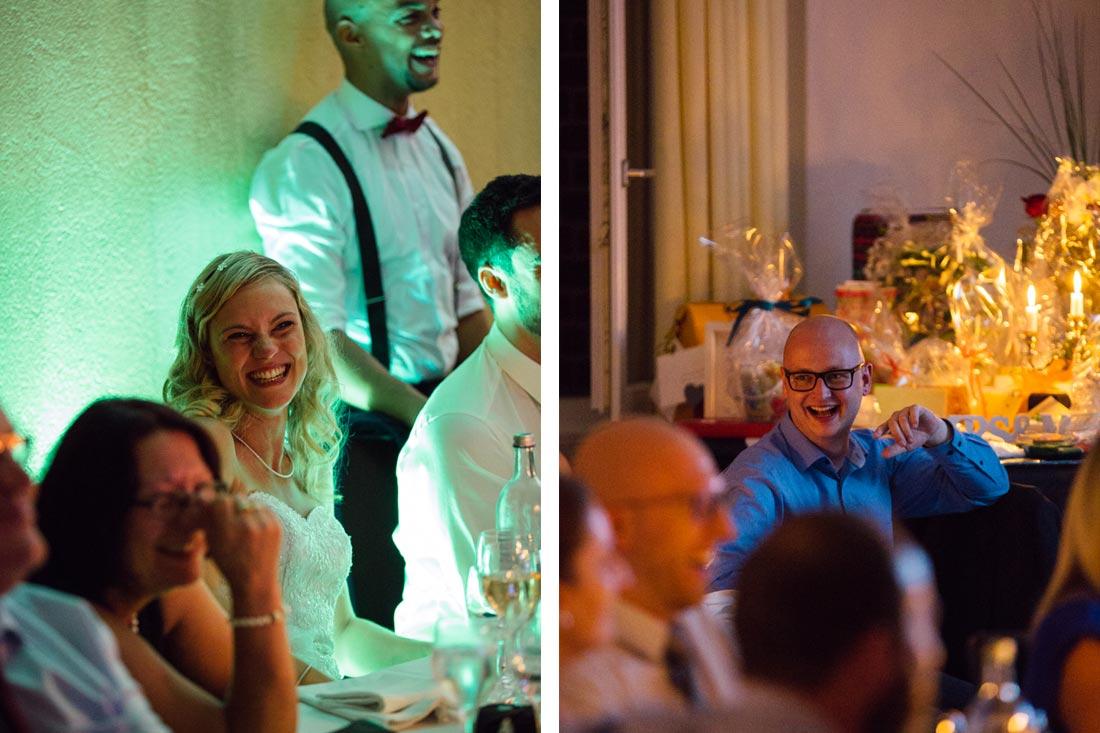 Braut lacht mit Gästen
