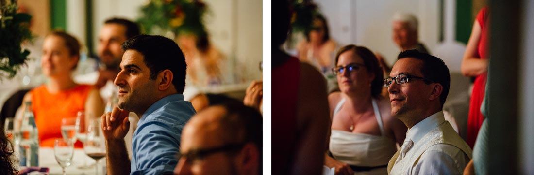 Bräutigam und Gast hören zu