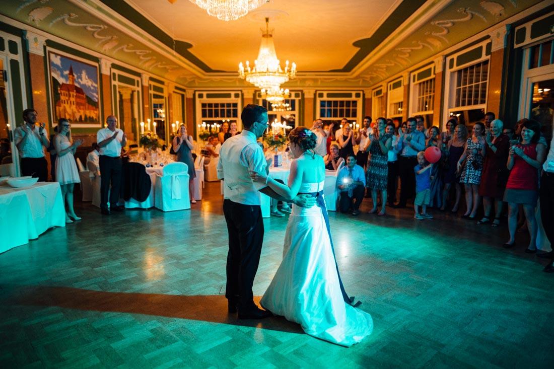 Hochzeitspaar eröffnet die Tanzfläche
