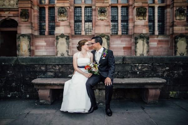 Paar auf einer Bank vor dem Schloss