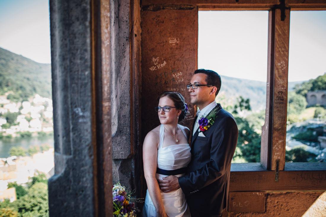 Hochzeitspaar wirft ein Blick auf Heidelberg