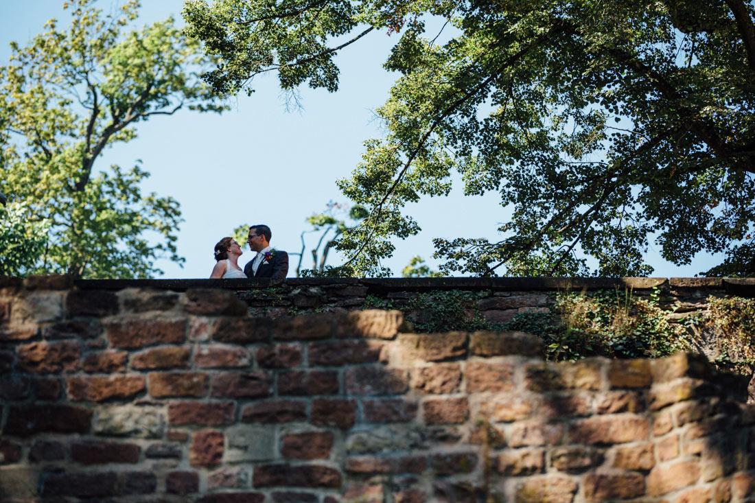 Hochzeitspaar auf der Schlossmauer