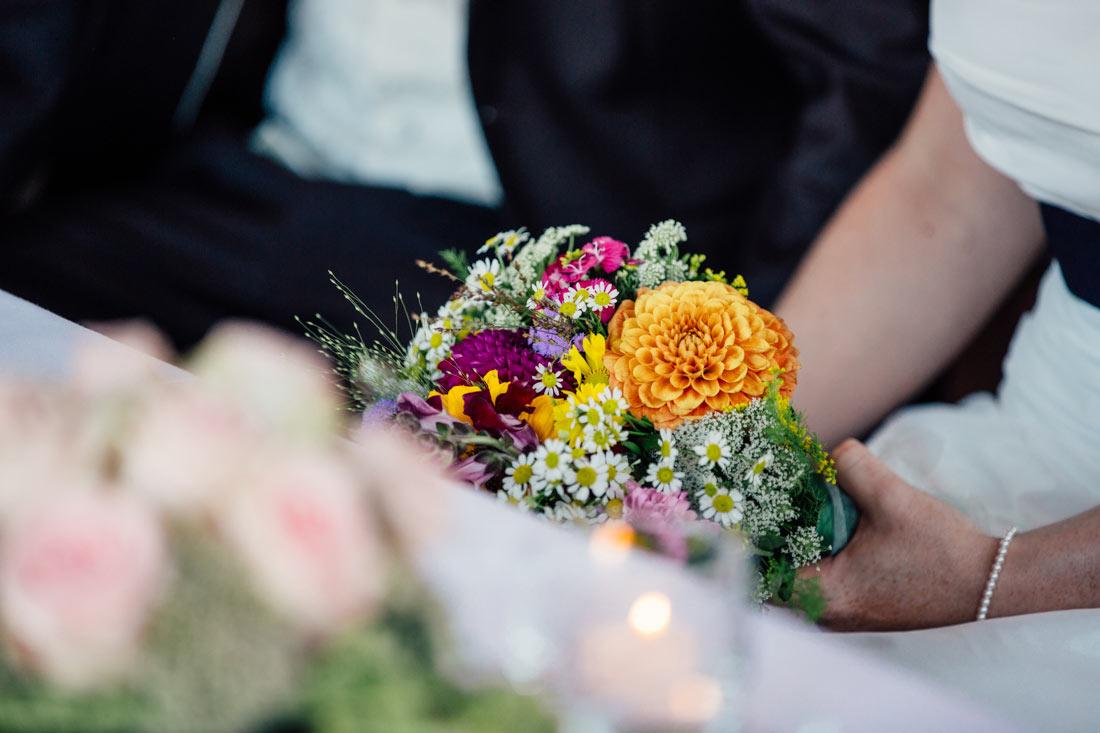 Braut hält en Strauß