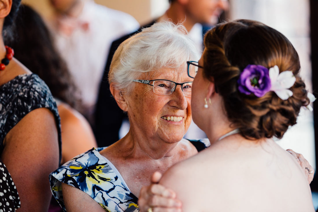 Oma verteilt Glückwünsche