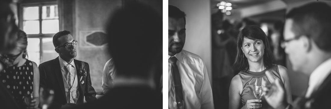 Gast und Bräutigam beim Sektempfang