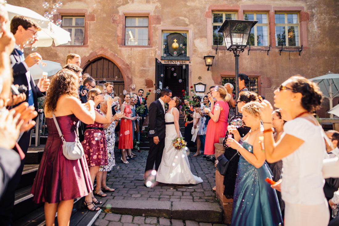 Hochzeitspaar küsst sich vor dem Standesamt Heidelberg