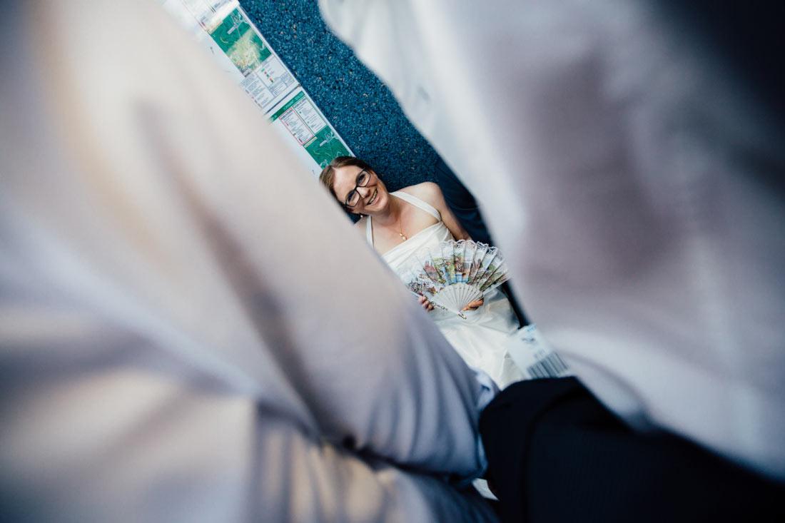 Braut sitzt in der Bahn zum Hotel