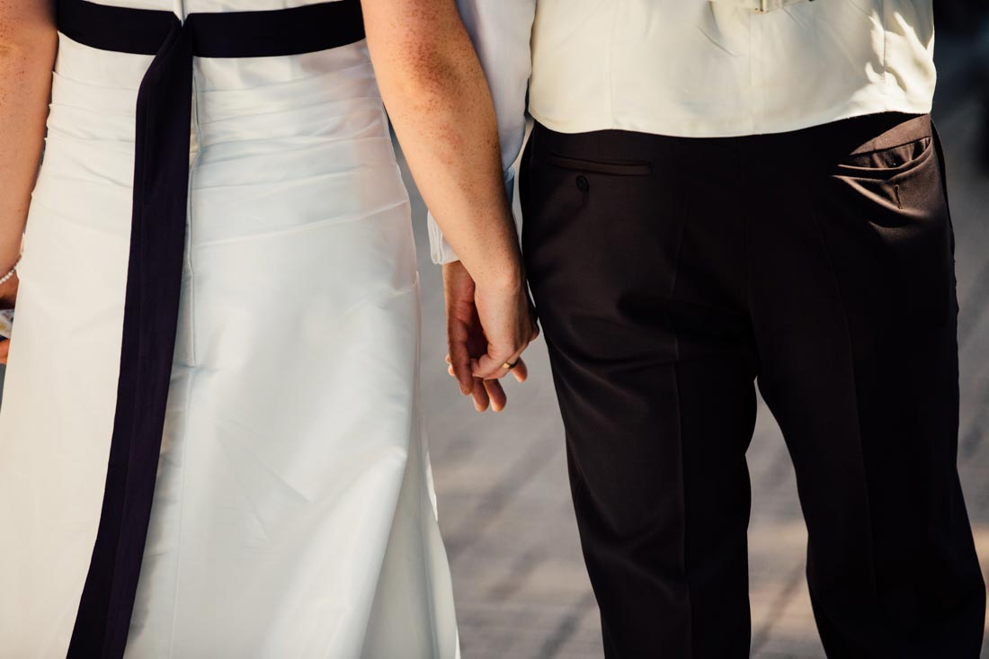 Das Brautpaar hält Händchen