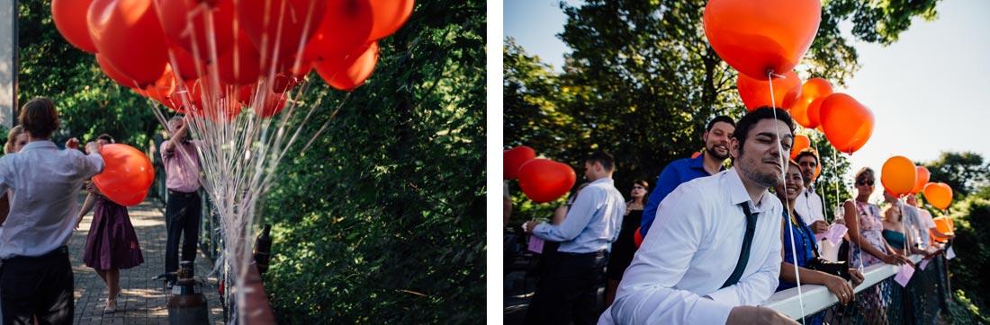 Gäste warten auf das Steigen der Luftballons