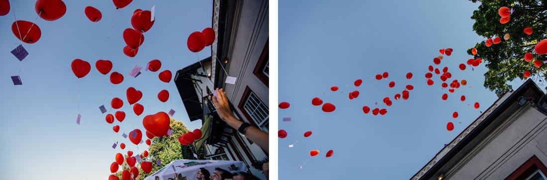 Die Luftballons fliegen in die Luft