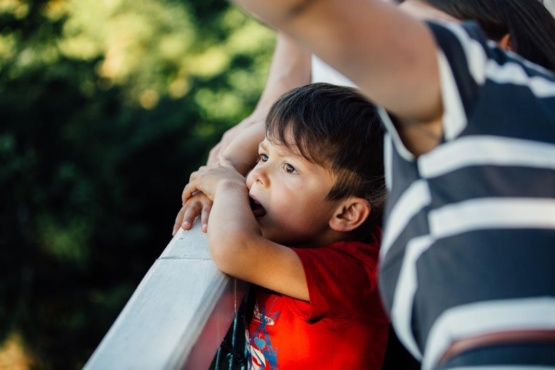 Junge schaut den Luftballons hinterher