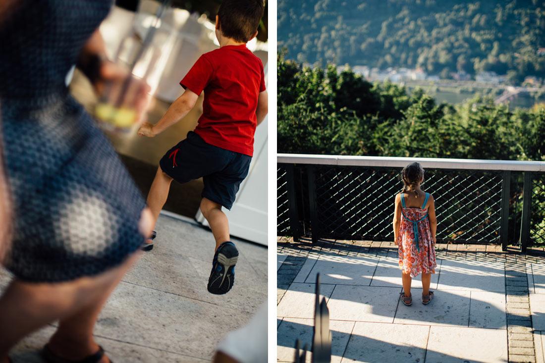 Kind schaut auf Heidelberg