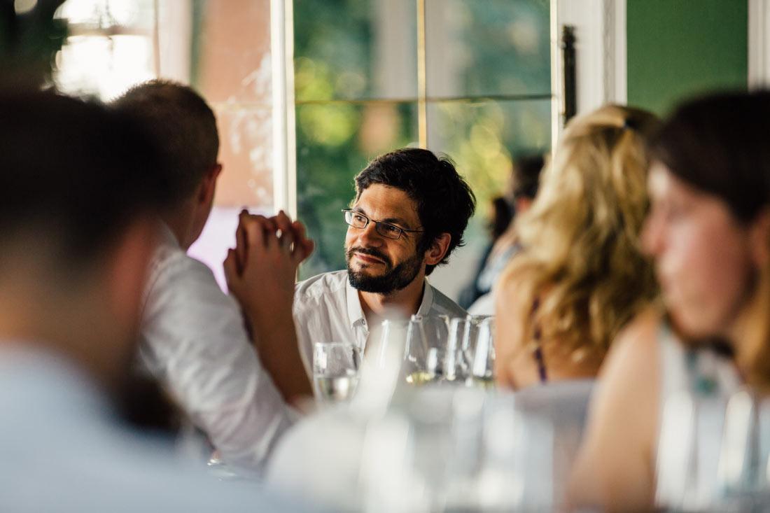 Hochzeitsgast im Speisesaal