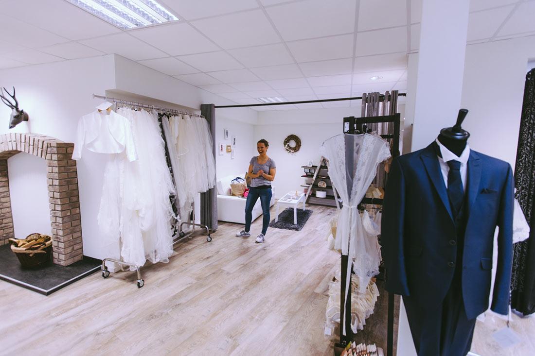 Lachende Braut im Laden