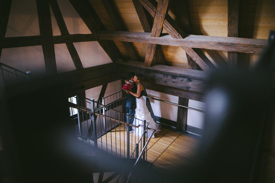 Brautpaar allein im Treppenhaus