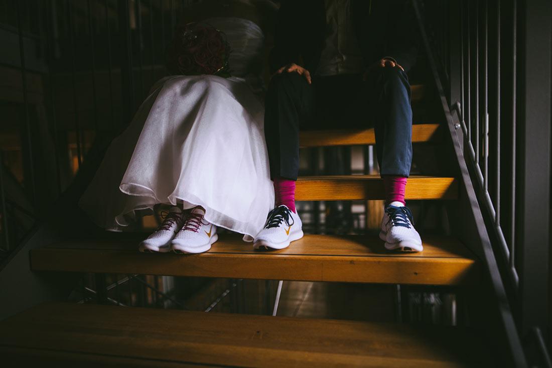 Pinke Socken und Hochzeitssneaker