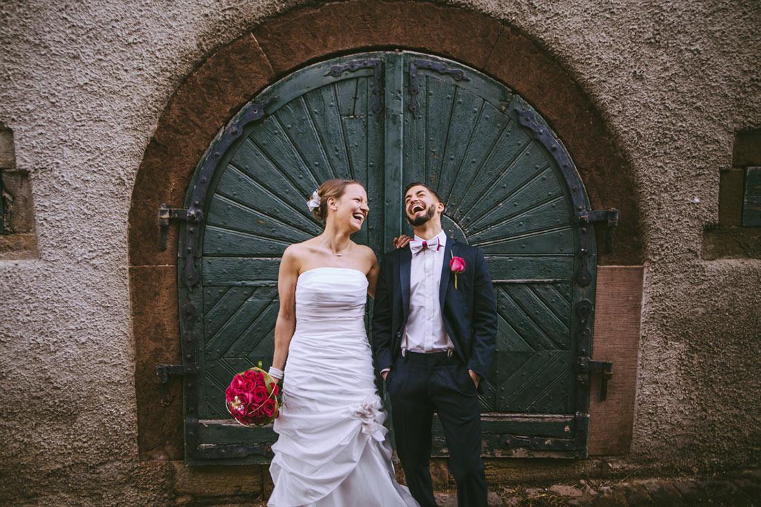 Hochzeitsbild vor einem grünen Tor