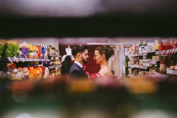 Hochzeitspaar im Supermarkt