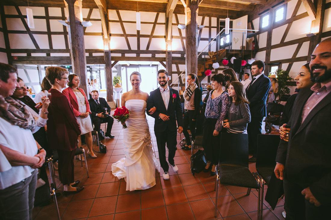 Hochzeitspaar läuft ein