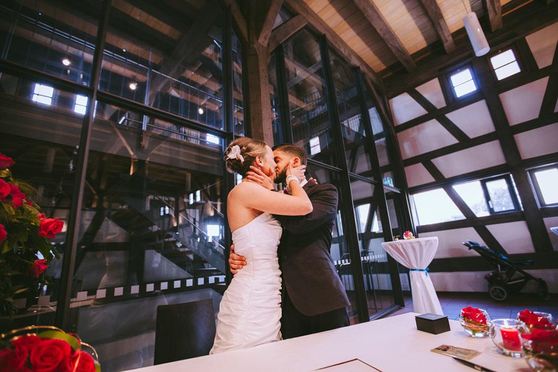 Der Hochzeitskuss in der Kelter