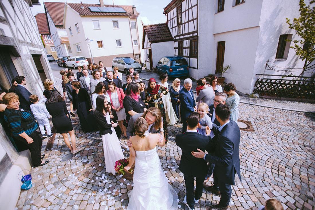 Hochzeitsgesellschaft vor der Kelter