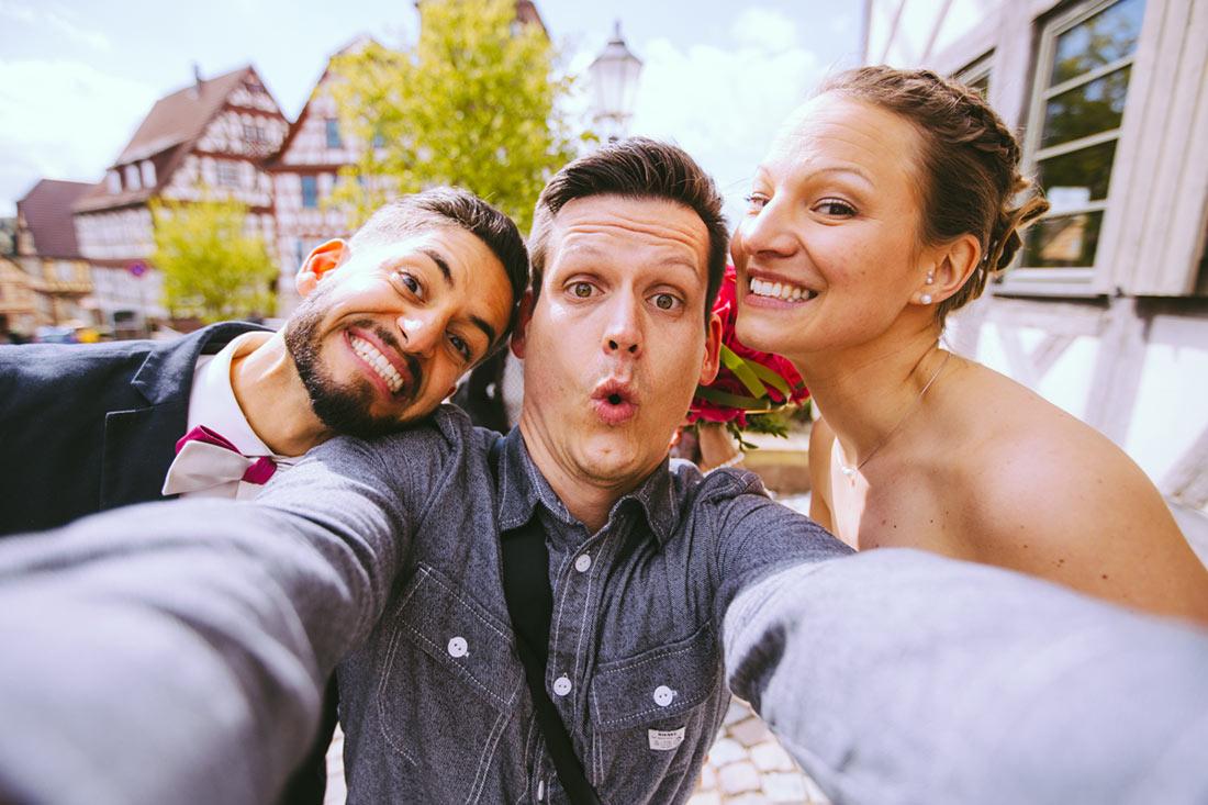 Selfie mit dem Brautpaar