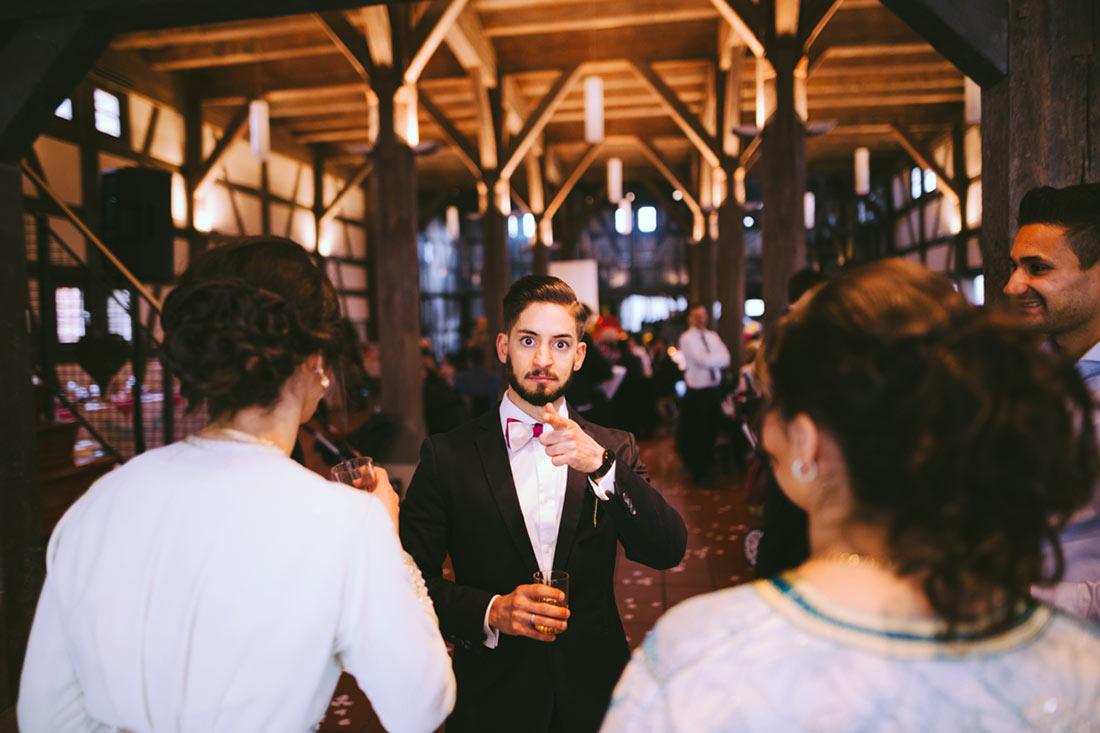 Bräutigam schaut provozierend in die Kamera