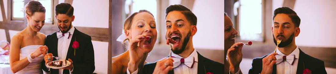 Hochzeitspaar füttern sich mit der Torte